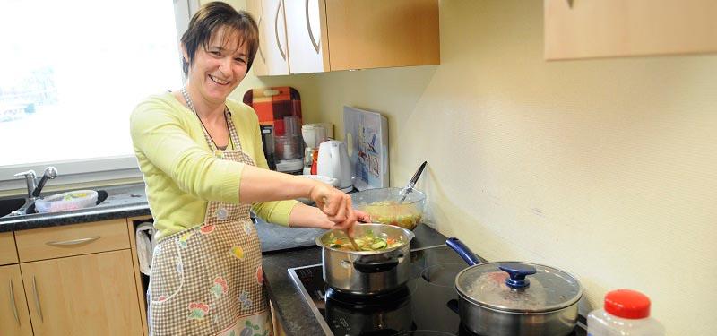 Auxiliaire de vie faisant la cuisine